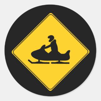 Snowmobile de la muestra de camino pegatina redonda