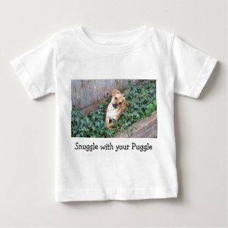 Snuggle con su camiseta del bebé de Puggle