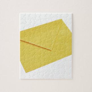 Sobre amarillo aislado en blanco rompecabeza