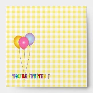 Sobre amarillo de la guinga del cumpleaños