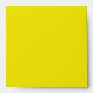 Sobre amarillo, negro, y blanco de la invitación