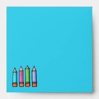 Sobre azul coloreado de la invitación de los lápic