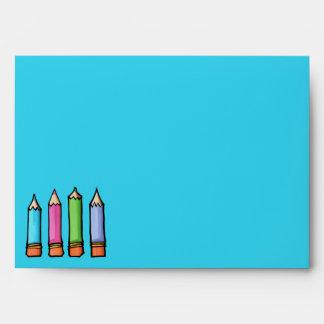 Sobre azul coloreado de la tarjeta de los lápices