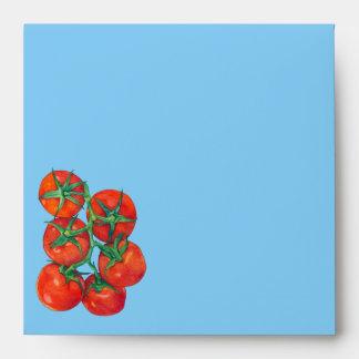 Sobre azul de la invitación de los tomates rojos