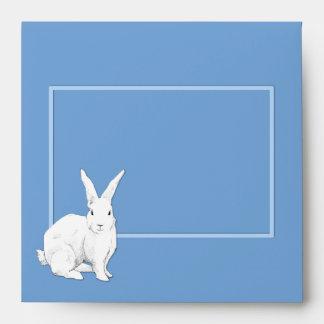 Sobre azul de la invitación del conejo