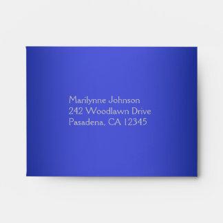 Sobre azul del remite para la tarjeta de contestac