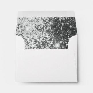 Sobre blanco alineado con el falso brillo de plata