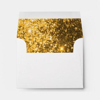 Sobre blanco con el oro alineado reluciente