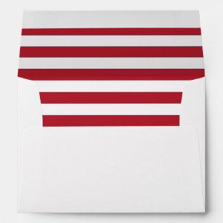 Sobre blanco con un trazador de líneas rayado rojo