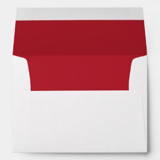 Sobre blanco, rojo alineado