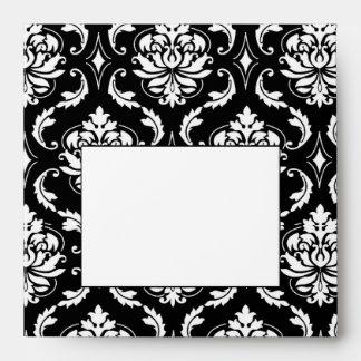 Sobre blanco y negro de la invitación del boda del