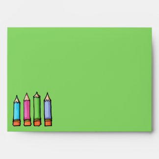 Sobre coloreado de la carta verde de los lápices