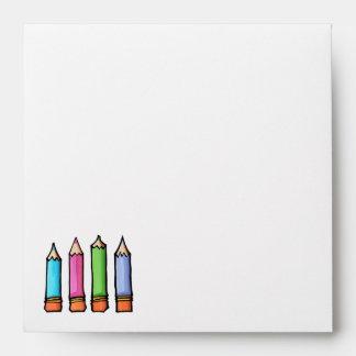 Sobre coloreado de la invitación de los lápices