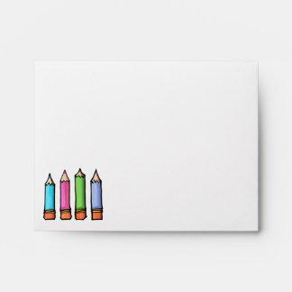 Sobre coloreado de la tarjeta de nota de los lápic