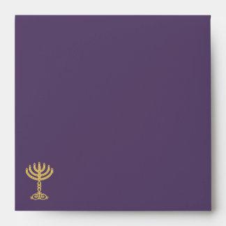 Sobre cuadrado púrpura de la invitación del adorno