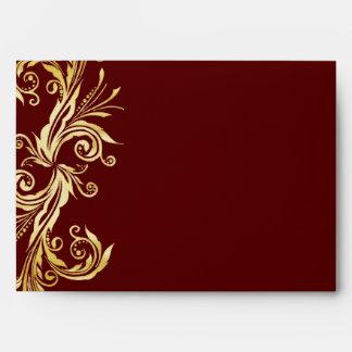 Sobre de color rojo oscuro y del oro elegante del