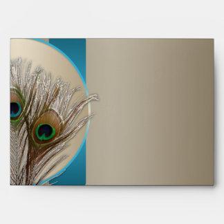 Sobre de color topo moderno de la pluma del pavo