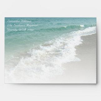 Sobre de la resaca del océano de la playa