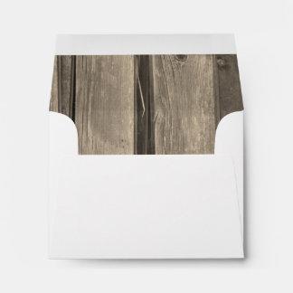 Sobre de madera de la tarjeta de RSVP del granero