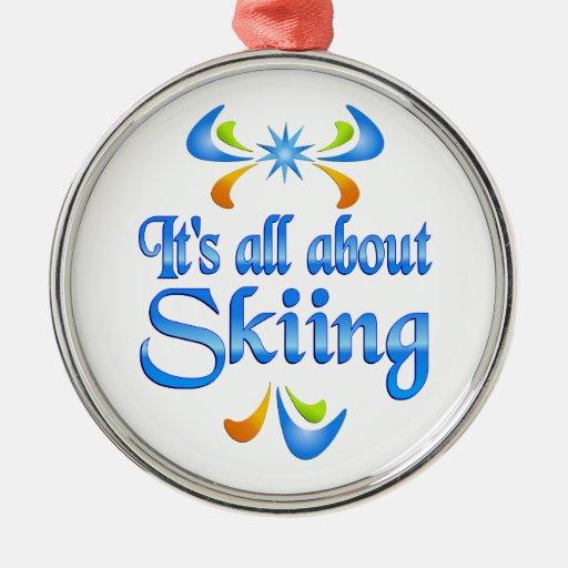 Sobre el esquí adorno navideño redondo de metal