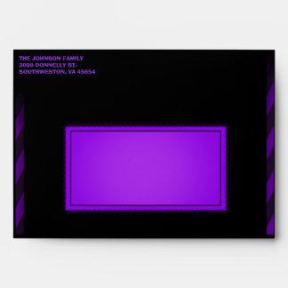 Sobre espeluznante púrpura negro de la invitación