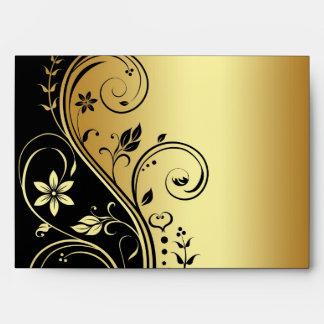 Sobre floral del boda del oro y de la voluta del n