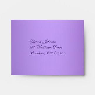 Sobre floral púrpura y blanco para la tarjeta de R