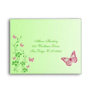Sobre floral verde rosado de la mariposa para RSVP