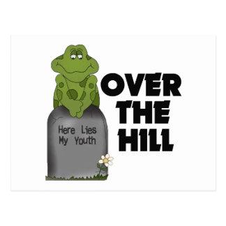 Sobre la piedra sepulcral de la colina postal