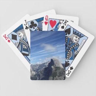 Sobre media bóveda baraja de cartas