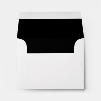 Sobre negro blanco de la tarjeta de nota