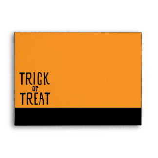 Sobre negro de la tarjeta del truco o de la invita