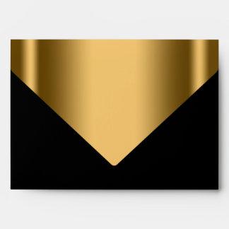Sobre negro elegante de la invitación del oro