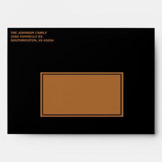 Sobre negro y anaranjado de la invitación de
