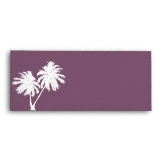Sobre púrpura antiguo con las palmeras
