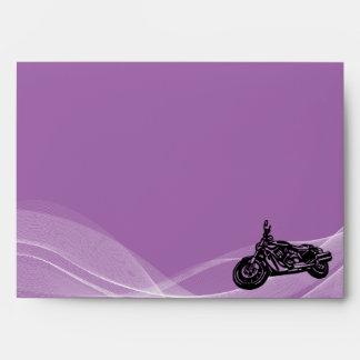 Sobre púrpura del boda del motorista del camino