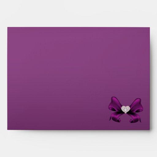 Sobre púrpura del boda del pavo real del ciruelo