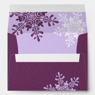 Sobre púrpura del boda del remite del copo de niev