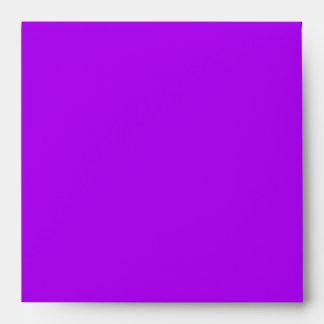 Sobre púrpura, negro, y blanco de la invitación