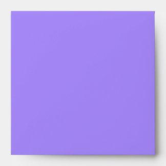 Sobre púrpura pintado de la invitación de los