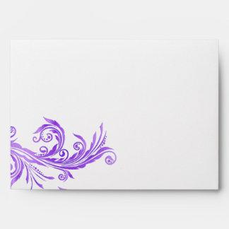 Sobre púrpura y blanco elegante de la ocasión espe