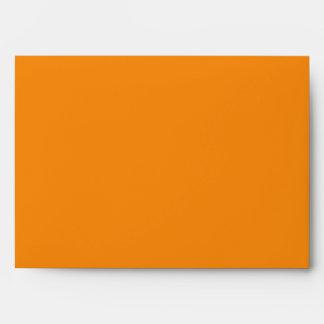 Sobre rayado anaranjado para las tarjetas de