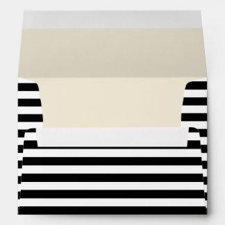 Sobre rayado negro y blanco de la tarjeta de