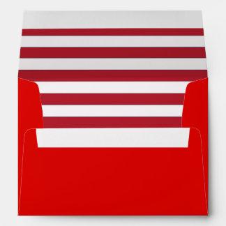 Sobre rojo con un trazador de líneas rayado rojo y