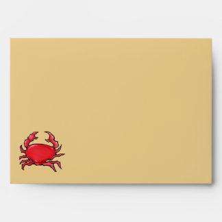 Sobre rojo de la tarjeta de la arena del cangrejo