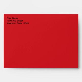 Sobre rojo de la tarjeta de Navidad con el remite