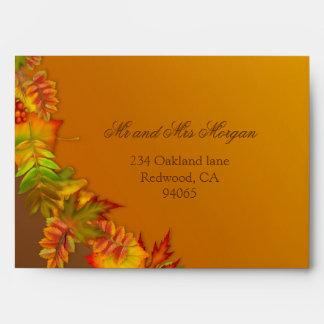 Sobre rojo de las hojas de otoño del marrón del or