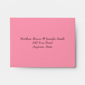 Sobre rosado de encargo del boda con la dirección