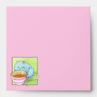 Sobre rosado de la invitación de los pequeños plac
