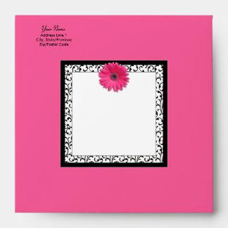 Sobre rosado de la invitación del cuadrado de la